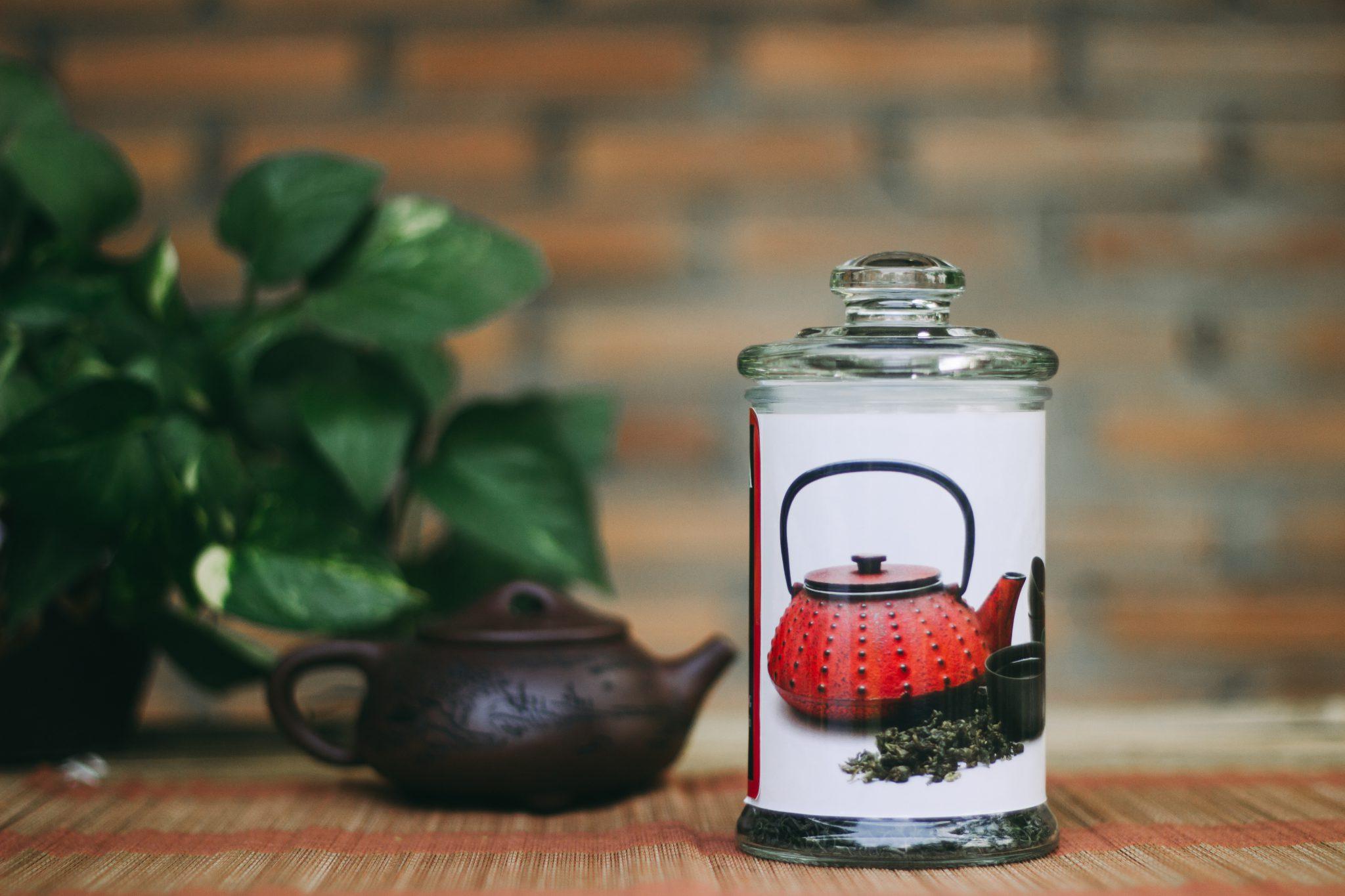 Bảo quản chè búp nõn thái nguyên trong hũ thủy tinh đục và đậy kín nắp giúp trà không dễ dang bị bay hương