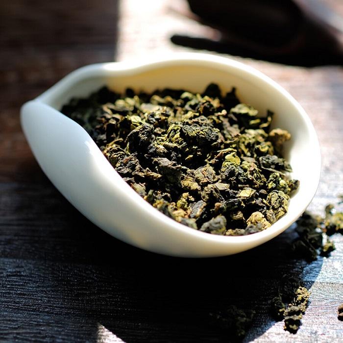 Hình dạng của trà Oolong Lộc Hương là những viên tròn như viên, hình bán cầu, có màu xanh đen xen lẫn của màu lá trà, mở túi ra đã ngửi thấy mùi thơm thoang thoảng ở đầu mũi.