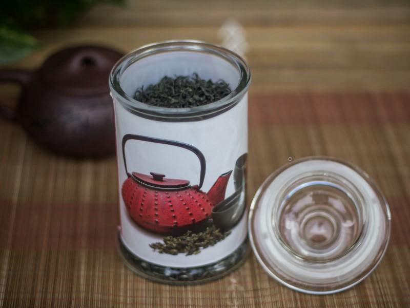 Bảo quản trà búp tân cương thái nguyên trong hũ thủy tinh đục và đậy kín nắp giúp trà không dễ dàng bị bay hương