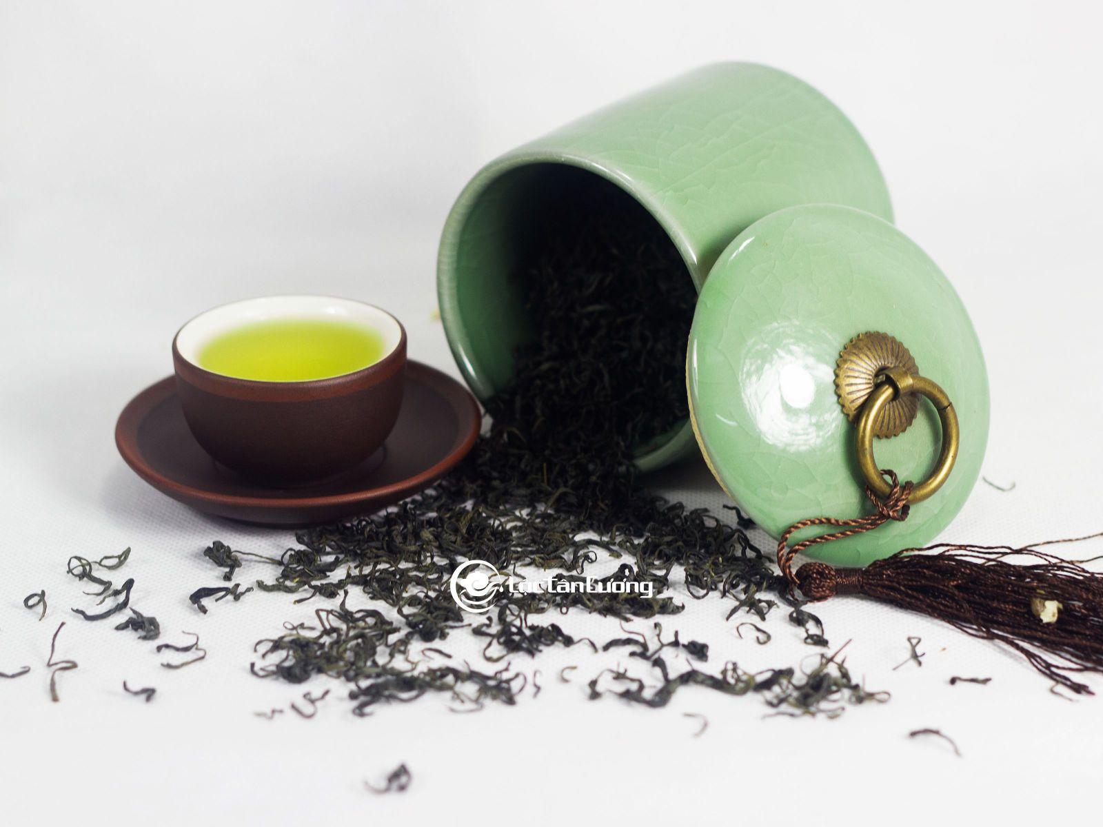 Bảo quản trà móc câu thái nguyên trong hũ đựng trà có màu đục và đậy nấp kín lại