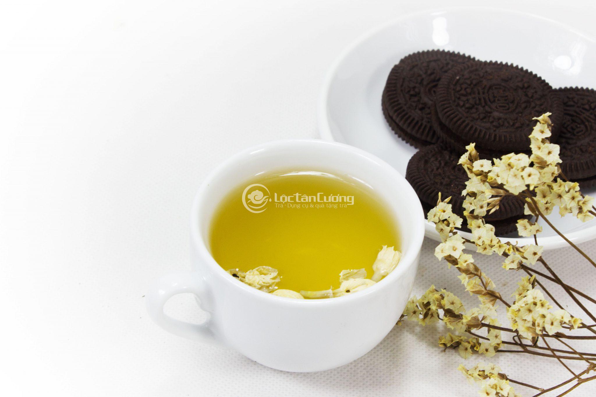 Nước trà hoa lài có màu vàng sánh