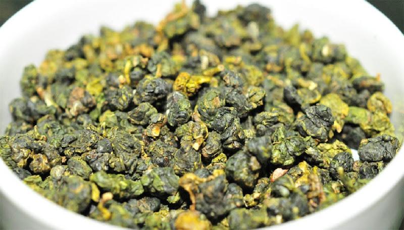 Hình dáng của trà Oolong Quý Long là những viên tròn nhỏ, hay lá xoăn dài cuộn lại, thường có màu xanh đen khi pha hương thơm ngọt ngào, có vị chát dịu nhẹ và vị ngọt hậu.