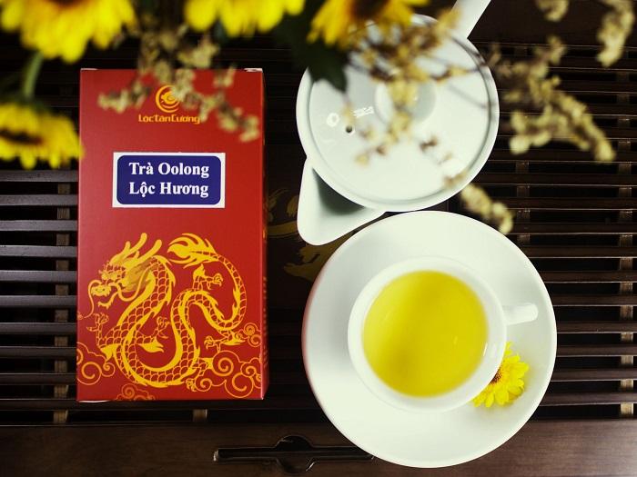 Mùi hương đặc trưng của trà ô long là mùi thơm của cây cối, hoa thơm cực kì dễ chịu, quyện vào mùi hương đó là màu nước trà vàng hơi xanh, có vị ngọt hậu khi uống