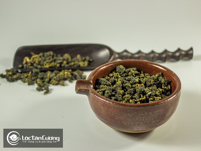 Để trà tránh xa các chất hương liệu, chất tạo mùi vì trà rất dễ bắt mùi và dễ bị ảnh hưởng bởi các mùi khác nên sẽ làm bay mùi trà và trà sẽ không còn ngon nữa