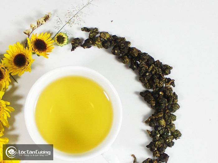 Trà Oolong Quý Long khi pha có nước vàng óng, trong sáng và có hương thơm của hoa cỏ, vị hậu ngọt rất sâu và ngon