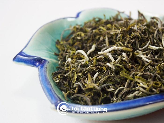 Cánh trà cổ thụ Tà Xùa có vẻ ngoài săn chắc, khỏe khoắn, to, dày, xốp, có nhiều cánh trắng buốt như tuyết.
