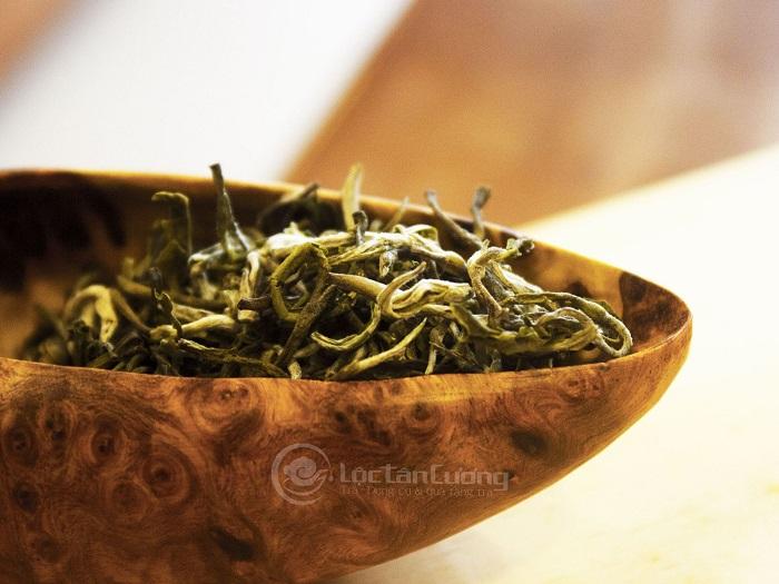 Trà Tà Xùa rất thơm ngon, mang mùi hương nguyên thủy của cây cỏ, vị ngọt ngào dễ uống và hơi thoang thoảng của khói bếp làm người uống cảm nhận được nét truyền thống, gần gũi và thân thuộc.