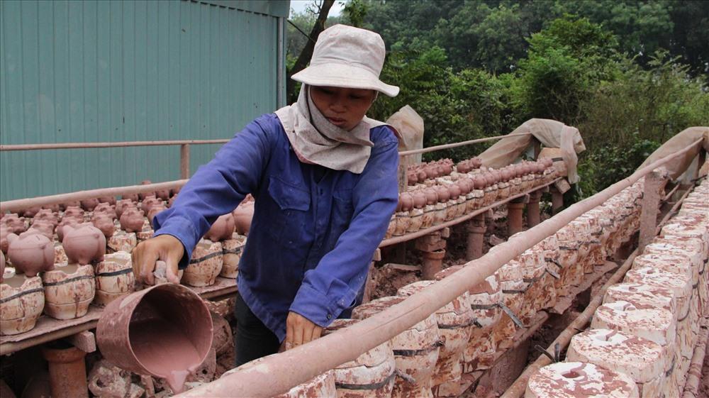 Phương pháp đổ khuôn để tạo hình ấm được áp dụng nhiều trong các nhà máy sản xuất số lượng nhiều