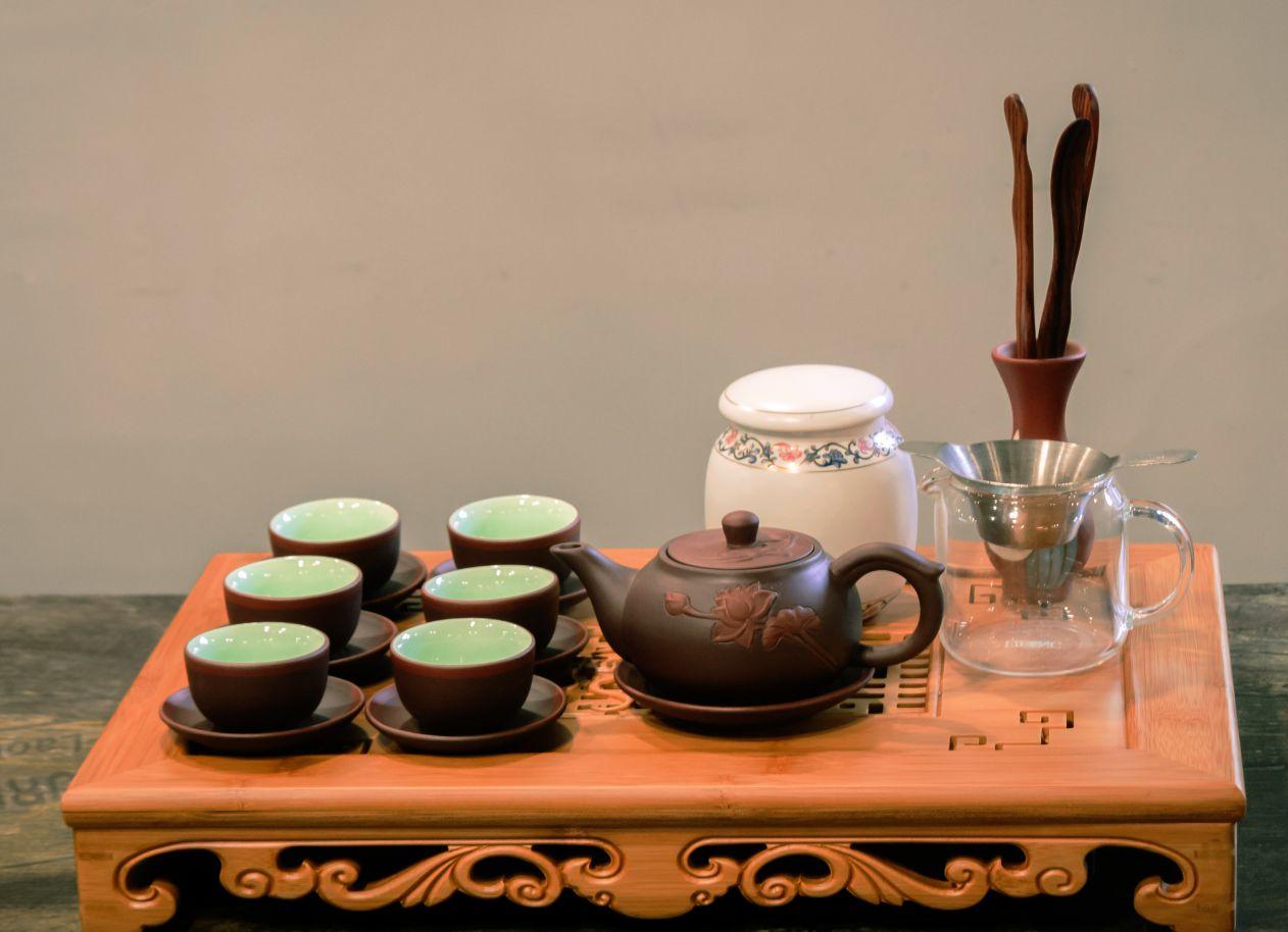 Một trong những cách chọn ấm bát tràng là dùng ngón tay gõ vào ấm trà Bát Tràng, nếu phát ra âm thanh coong coong như tiếng kim loại thì là đồ tốt.