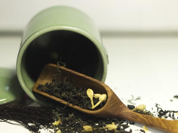 Bảo quản trà nõn tôm bằng hũ đựng trà bằng sứ