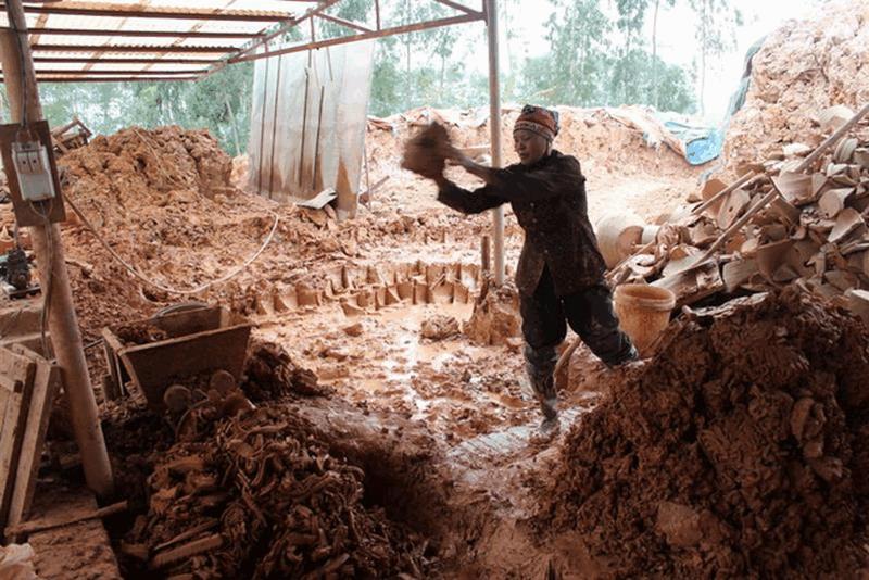 Loại bỏ hết tạp chất, dùng chân nhào thật kỹ rồi đắp thành từng đống lớn, thái đi thái lại nhiều lần tạo nên đất có độ mịn, dẻo.