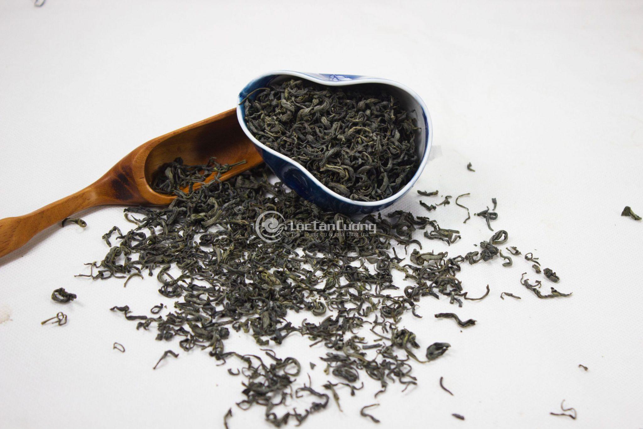 cánh trà búp xoăn, đều đặn, ko gãy nát, có hương thơm đặc trưng khi đưa lên mũi