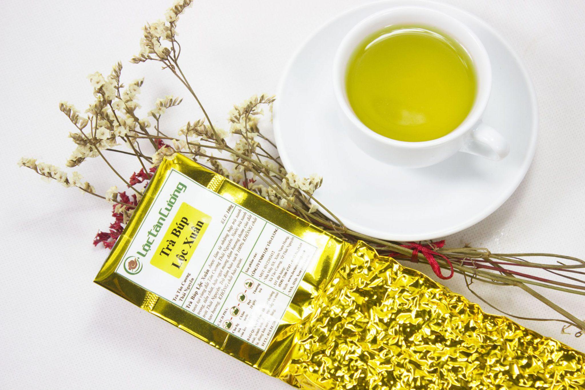 Ly trà búp vàng óng, phản phất hương cốm non đặc trưng
