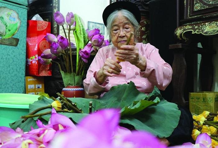 Nguyễn Thị Dần (nay đã 96 tuổi), nghệ nhân cao tuổi nhất ở Tây Hồ còn gắn bó với nghề làm trà sen tây hồ