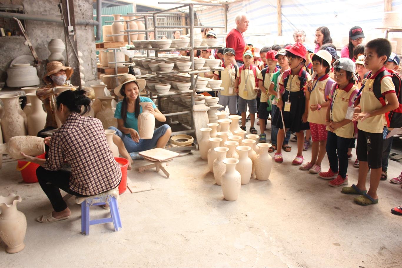 Bát Tràng là một làng gốm lâu đời, nổi tiếng, có nhiều truyền thống văn hóa, vừa mang những sắc thái cộng đồng chung của làng xã vùng đồng bằng Bắc Bộ, vừa phản ánh những nét đặc thù của nghề gốm