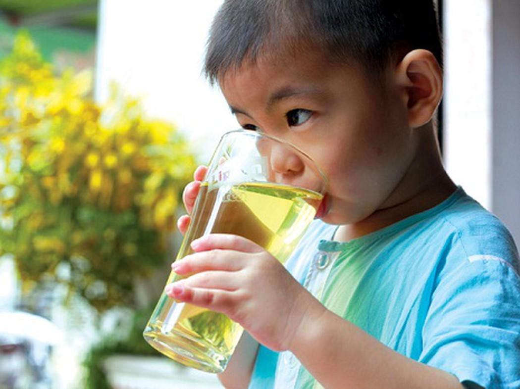 Tập thói quen uống trà cho trẻ nhỏ có thể giúp con bạn tránh xa các đồ uống công nghiệp vô bổ khác
