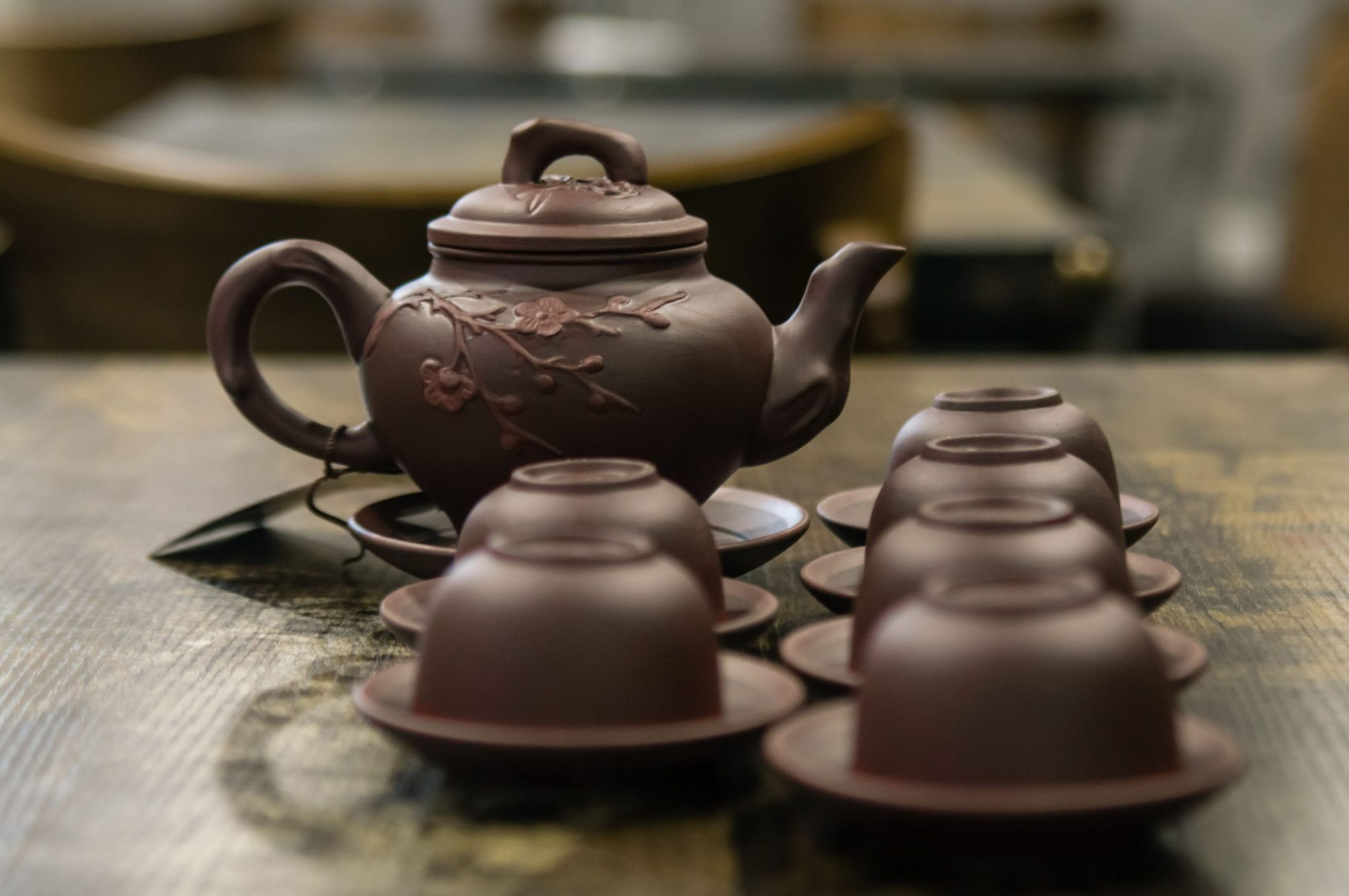 Ấm pha trà ngon nhất là ấm được làm chất liệu bằng đất như ấm tử sa, ấm bát tràng,...