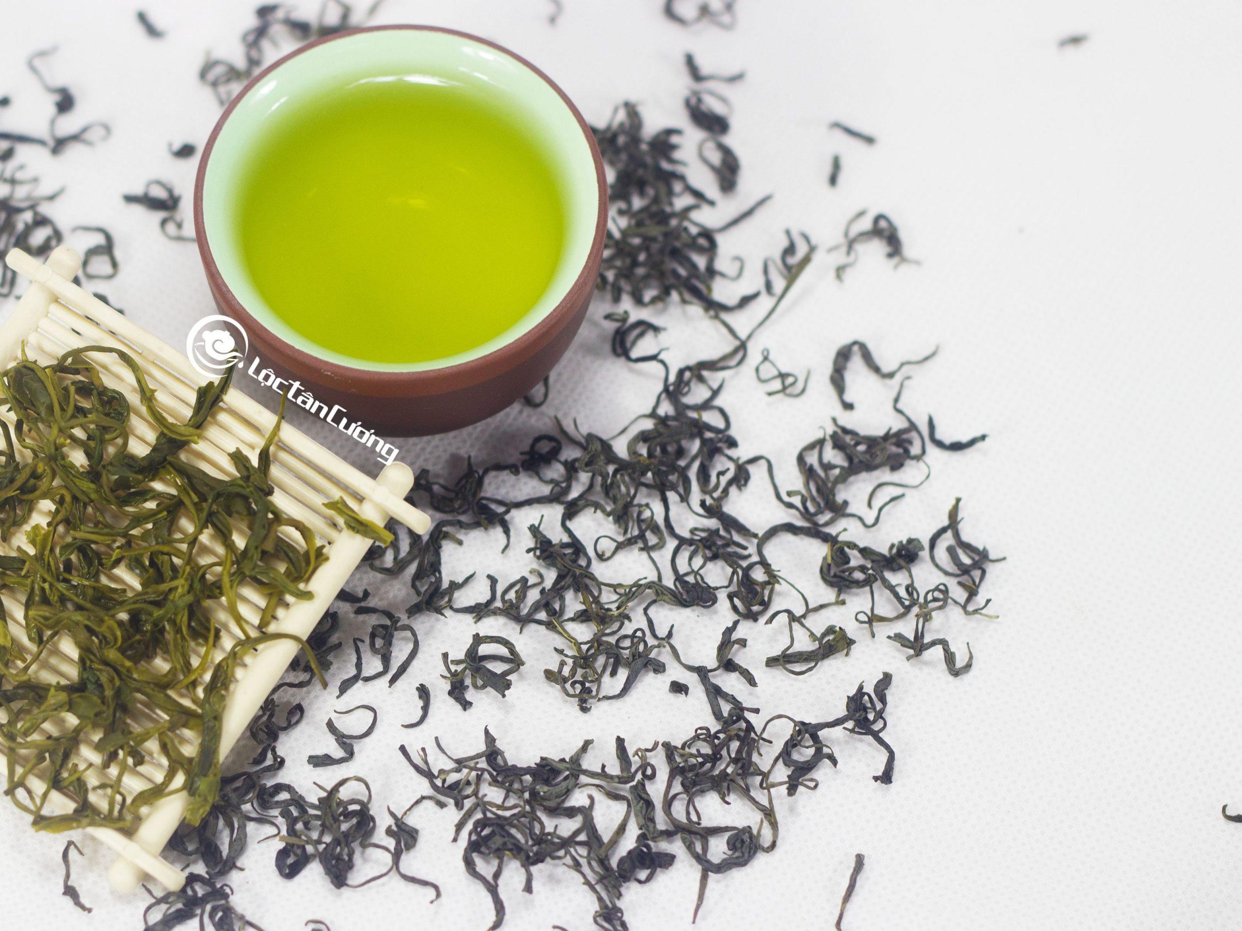"""Trà Nõn Tôm Thái Nguyên được hái đọt non 1 tôm 1 lá non ngay liền kề, trà có cánh đều và nhỏ ti, kho pha trà có hương thơm cốm non, nước trà xanh và trong, vị trà chát dịu, hậu ngọt được và bùi vị tràm rất thơm ngon, ai uống cũng phải thốt lên răng  """" TRÀ NGON QUÁ""""."""