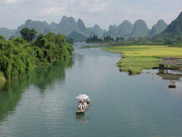 Sông cầu nổi tiếng xinh đẹp và là nguồn nước tắm mát cho những cây chè thái nguyên