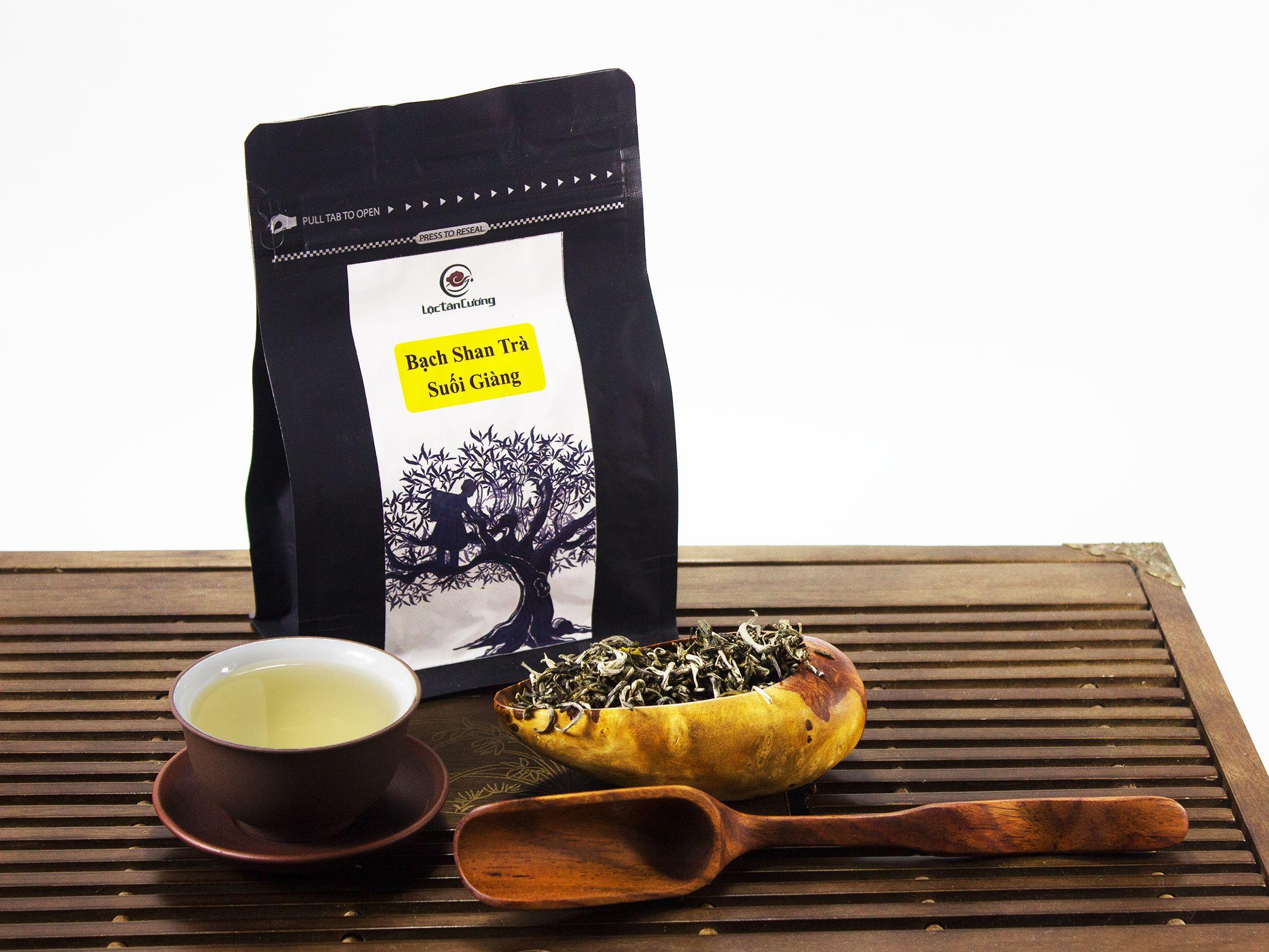 Khi pha, nước trà có màu trắng trong chứ không vàng hay xanh như các loại trà khác kể cả được pha đậm hay pha nhạt, nhìn màu nước trắng trong nhưng hương vị rất đặc biệt. Trà có hương thơm ngọt đặc trưng của Suối Giàng, vị trà chát dịu, rất dịu và hậu ngọt sâu và béo rất đặc biệt, nếu có thời gian, bạn hãy thử thưởng thức một lần, bạn sẽ có cảm nhận rõ ràng nhất.