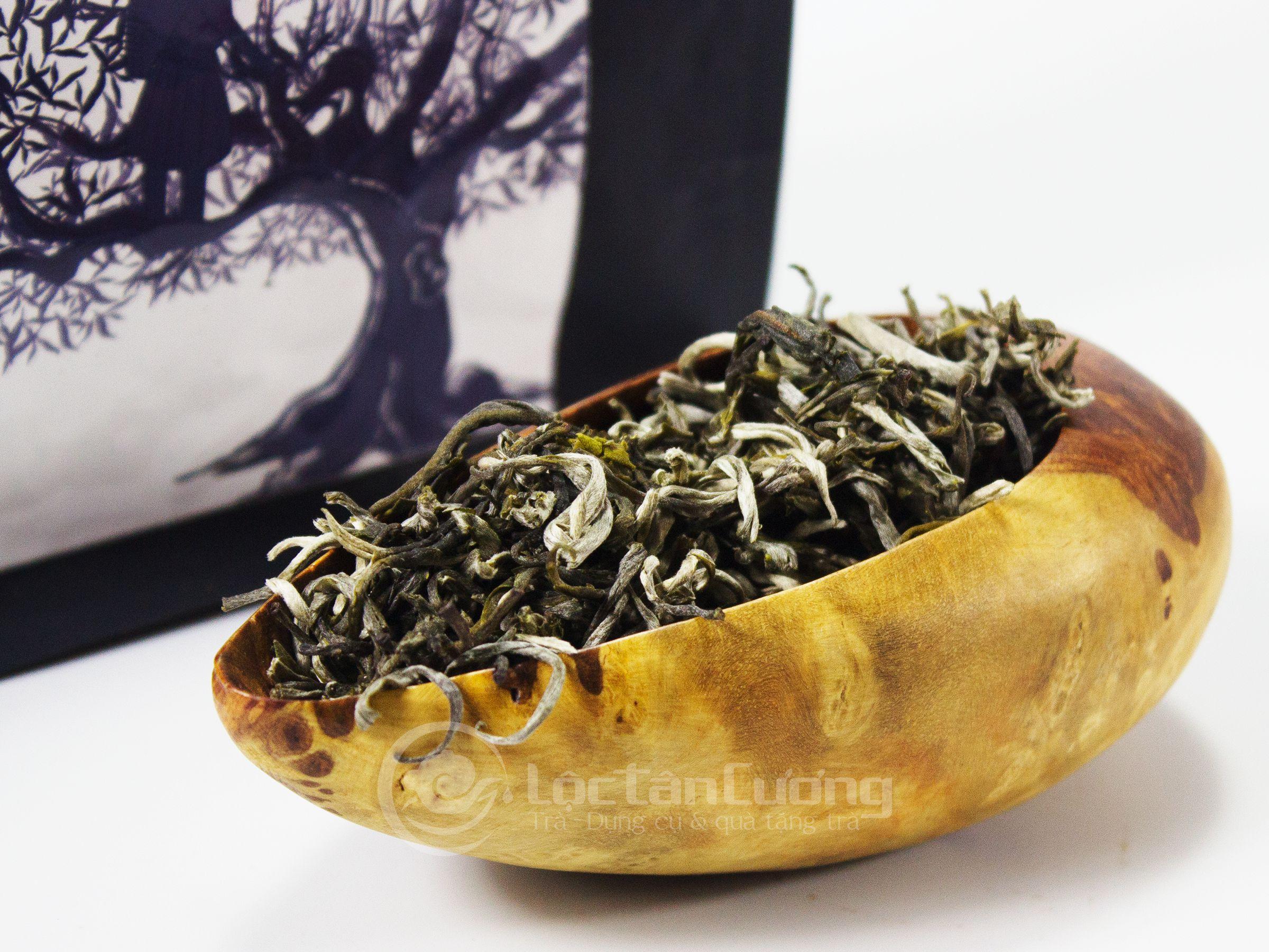 Bạch Shan Trà Suối Giàng sau khi sản xuất sẽ có một lớp lông mao tuyết trắng bám chặt vào thành lá của cánh trà, nhìn rất đẹp mắt