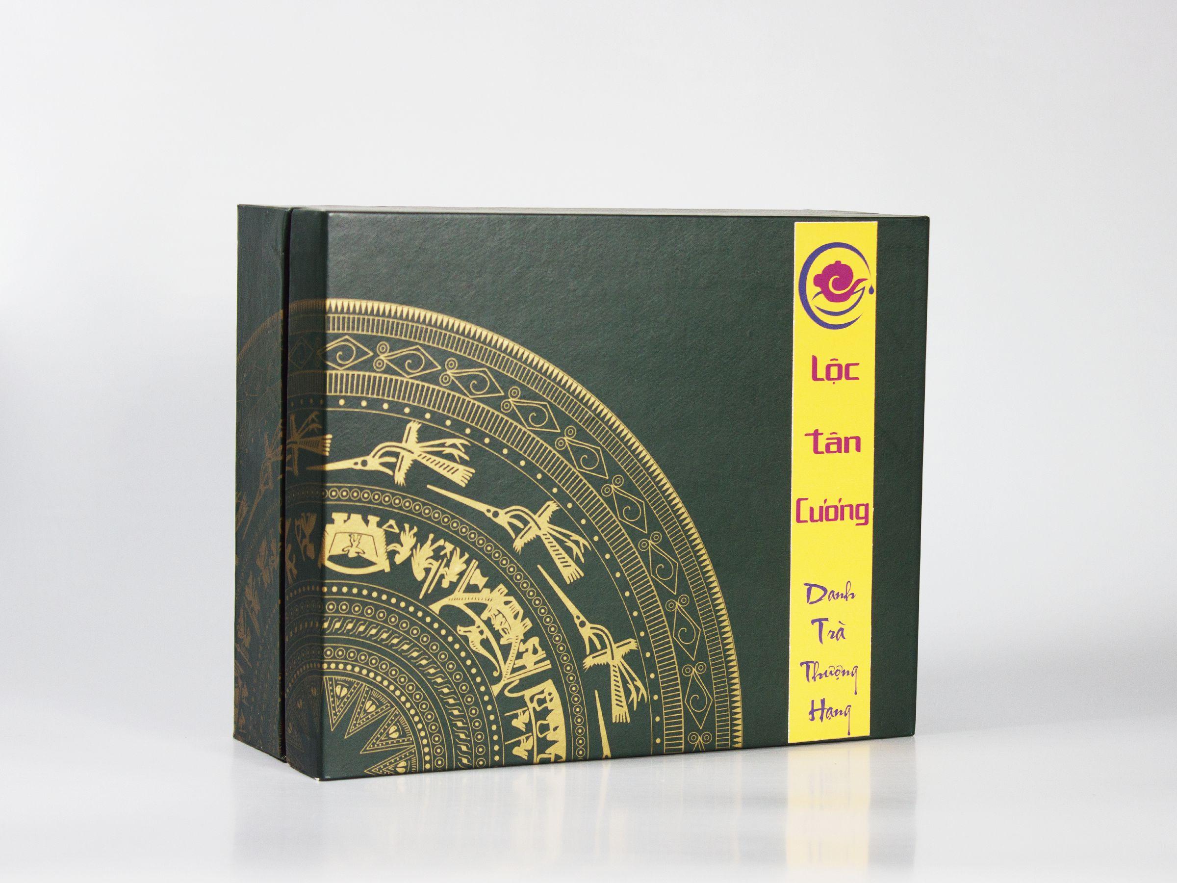 Hộp trà Truyền Thống - TRà Lài Thượng Hạng 200gr, tinh tế nhẹ nhàng, thể hiện văn hóa Việt Nam qua hình ảnh Trống Đồng cách điệu được in nhũ vàng