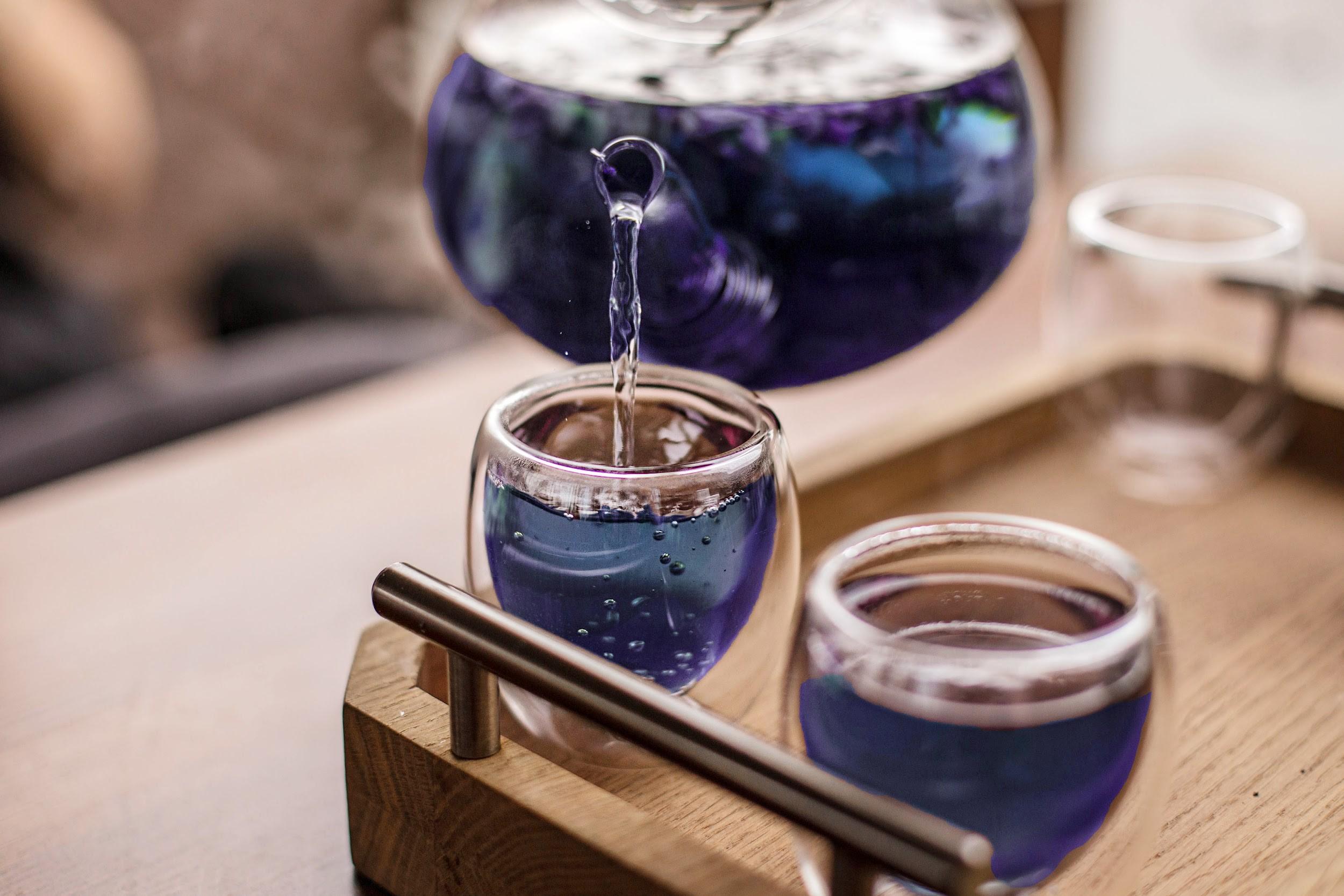 Pha trà hoa đậu biếc bằng nước ấm là cách phổ biến nhất