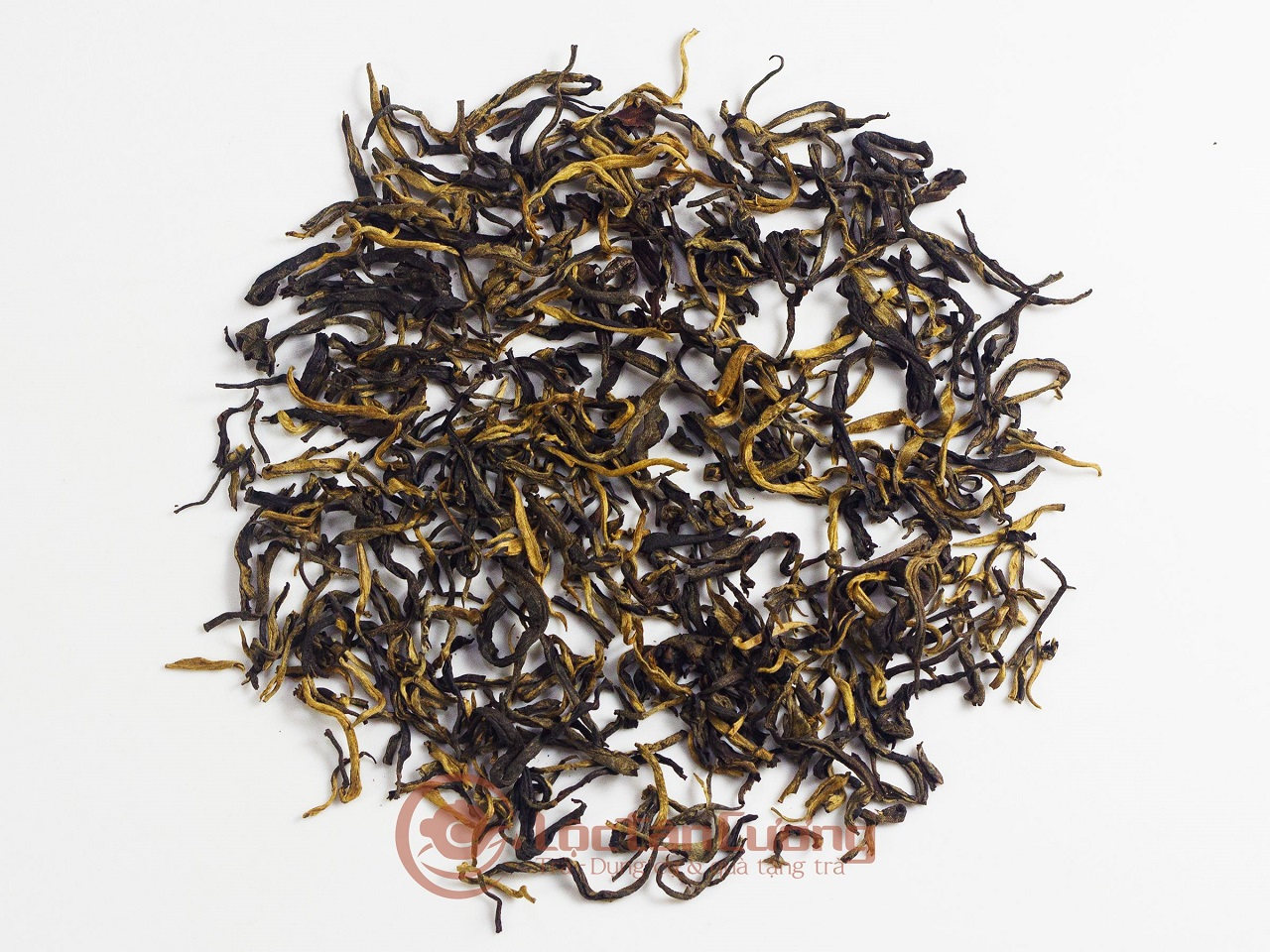 Cánh trà Hồng Shan Trà Hà Giang rất đẹp, xoăn chắc, màu nâu đỏ pha lẫn những búp trà màu trắng do trong quá trình chế biến vẫn giữ lại được những sợi lông tơ.