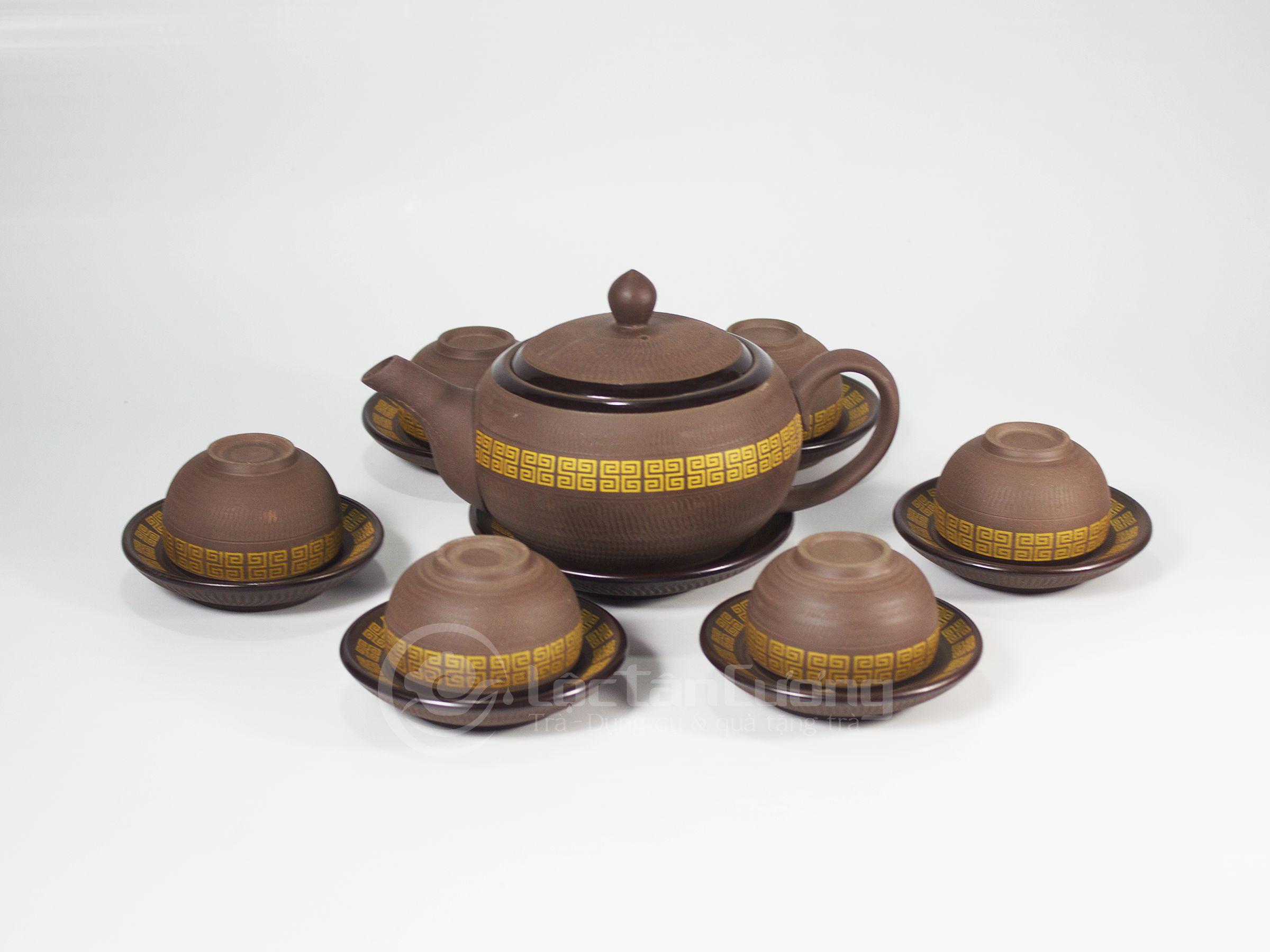 Sắc viền vàng óng ánh mang hoa văn truyền thống Việt Nam, tạo sự ấm cũng và sang trọng khi sử dụng hay trưng bày, đây cũng là bộ ấm chén được mọi người lựa chọn để làm quà tặng cho người thân và khách quý