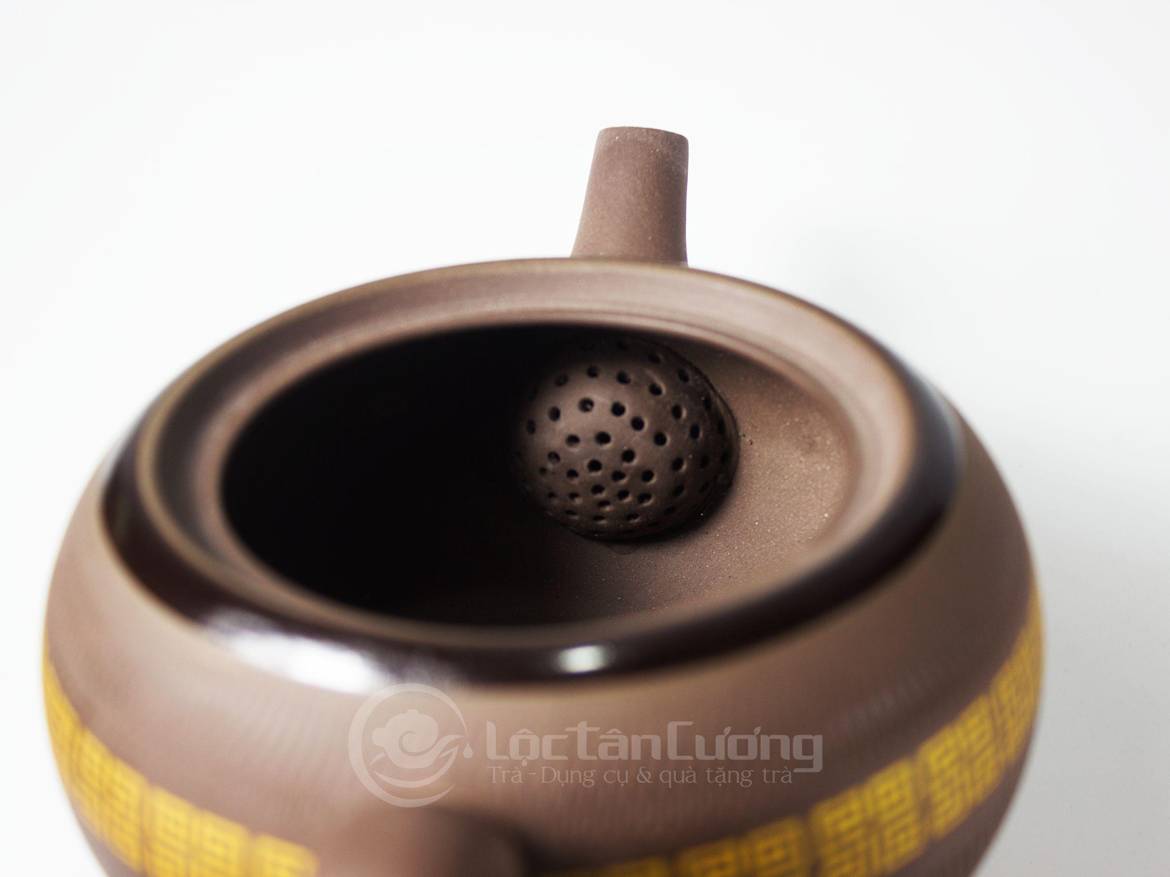 Lỗ thoát nước dáng tổ ong để nước chảy nhanh, mạnh hơn và lọc trà tốt hơn