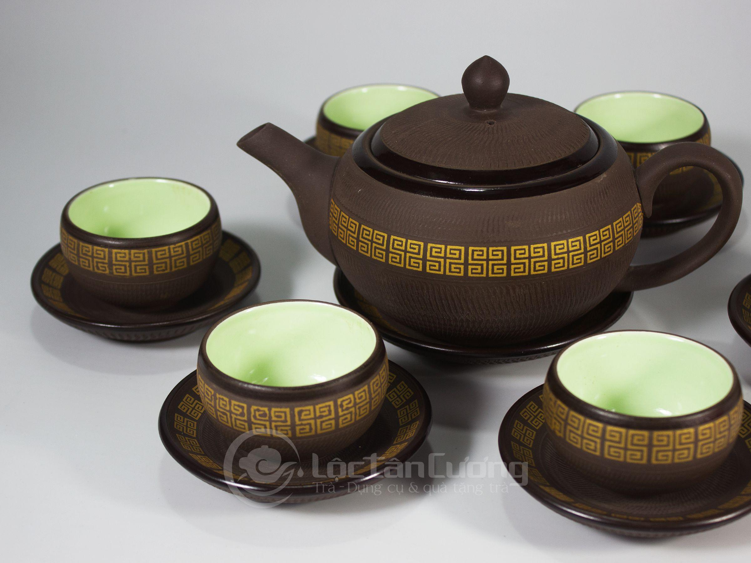 Màu của lòng chén là màu xanh nhẹ, tạo cảm giác nước trà đẹp và mát mẻ khi thưởng thức trà