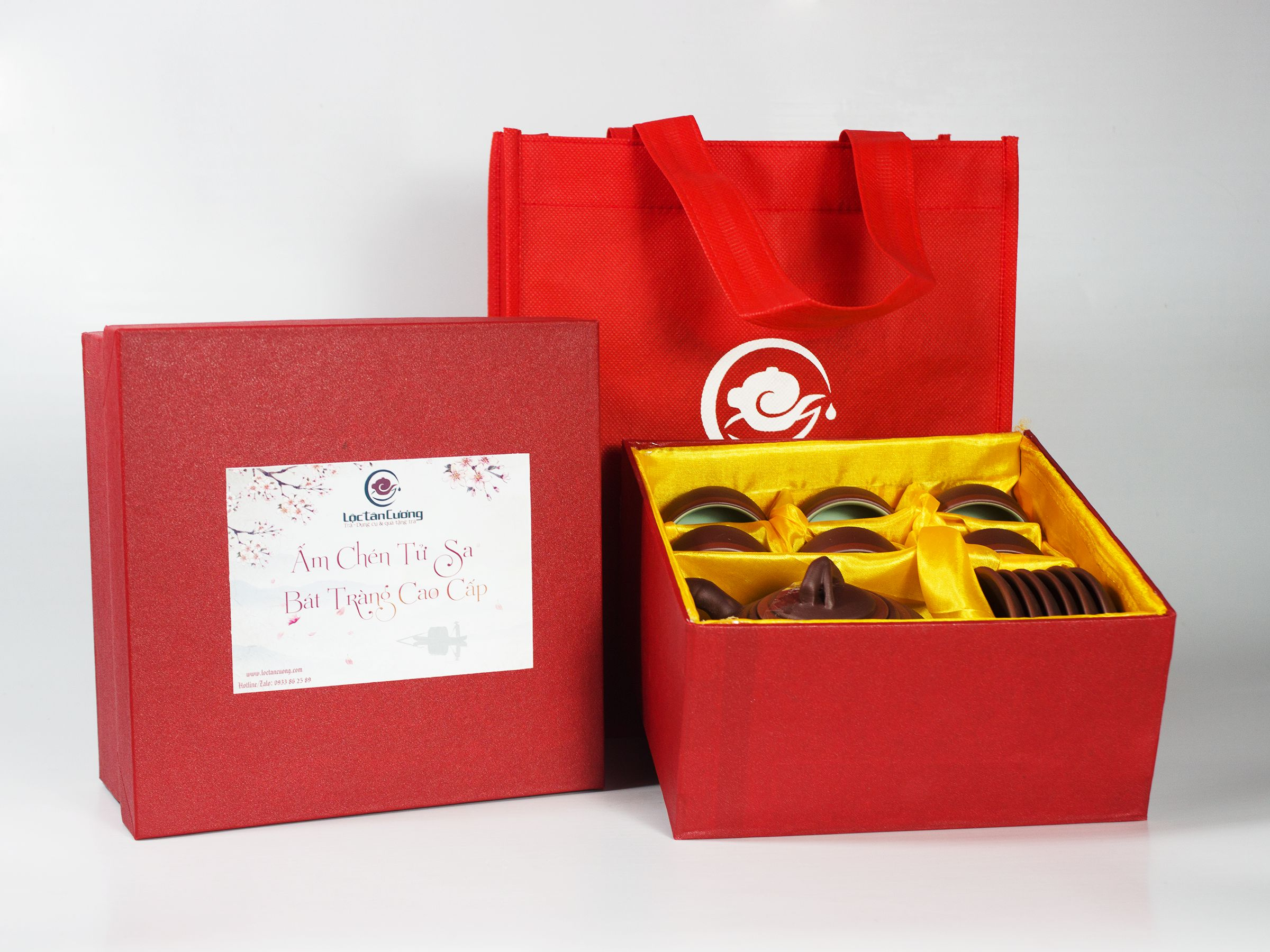 Bộ ấm có hộp màu đỏ và túi xách vải màu đỏ để đựng, phù hợp để dùng và biếu tặng