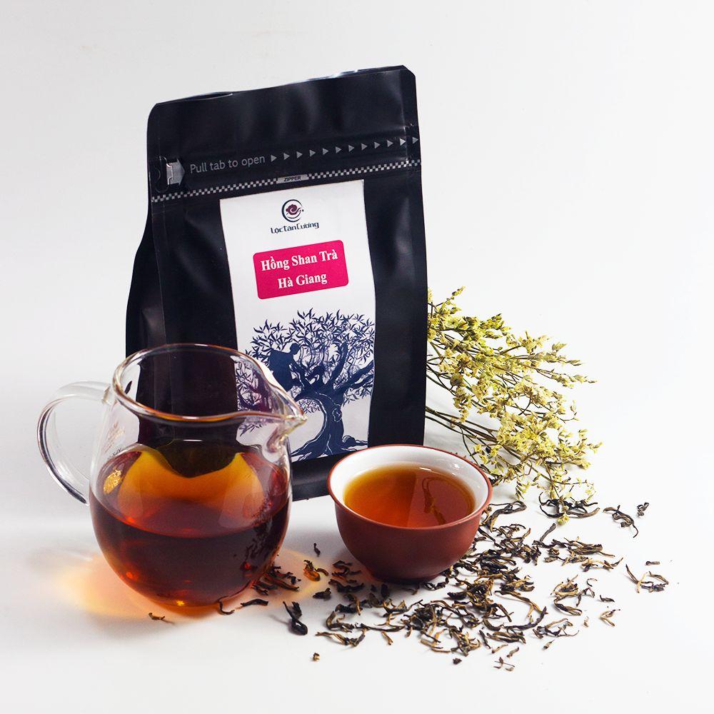 Hồng Shan Trà Hà Giang được làm với nguyên liệu từ búp trà 1 tôm 1 lá non của cây chè cổ thụ trên 200 năm tuổi tại Hà Giang. Búp trà sau khi hái được sản xuất và lên men với điều kiện nhiệt độ và độ ẩm phù hợp để tạo ra hương vị thơm ngon đặc trưng.