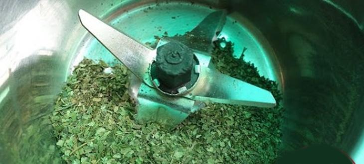 sử dụng cối xay và ray lọc nhiều lần để bột trà mịn hơn