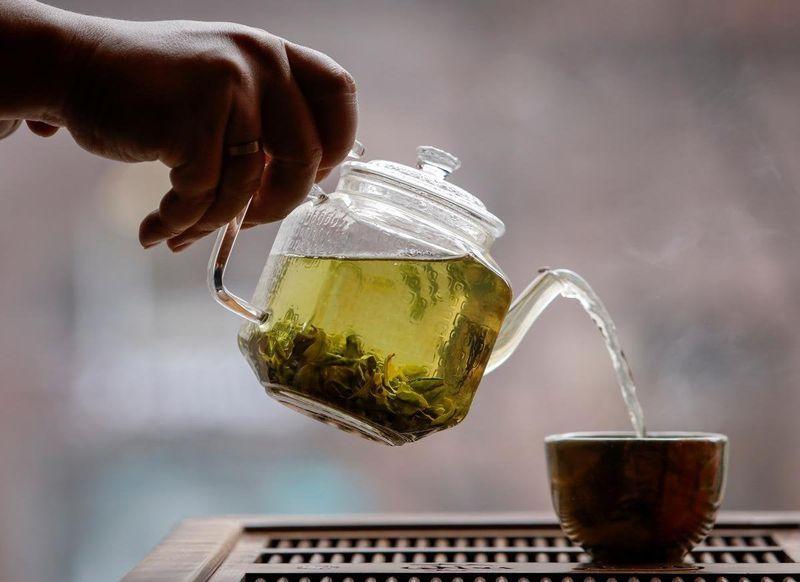 Đây là công đoạn quan trọng nhất quyết định đến mùi thơm của chè Thái Nguyên. Tiếp tục cho chè vào tôn quay (hoặc chảo), điều chỉnh nhiệt độ hợp lý (nếu dùng chảo thì chỉnh lửa chỉ còn những đốm than để xào thì mới lên mùi hương cốm của trà và một phần giúp trà không bị ám khói. Công đoạn này cũng làm bằng tay để cảm nhận nhiệt vừa đủ).